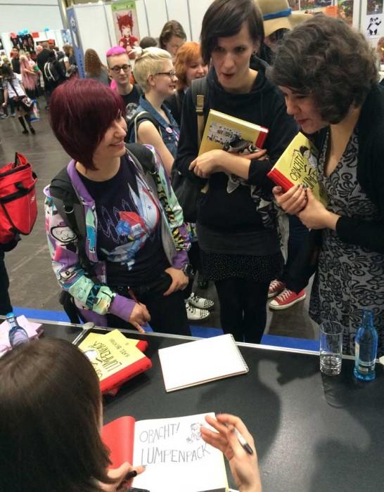 Kate signiert mit viel Herz für die extra angereisten Fans.