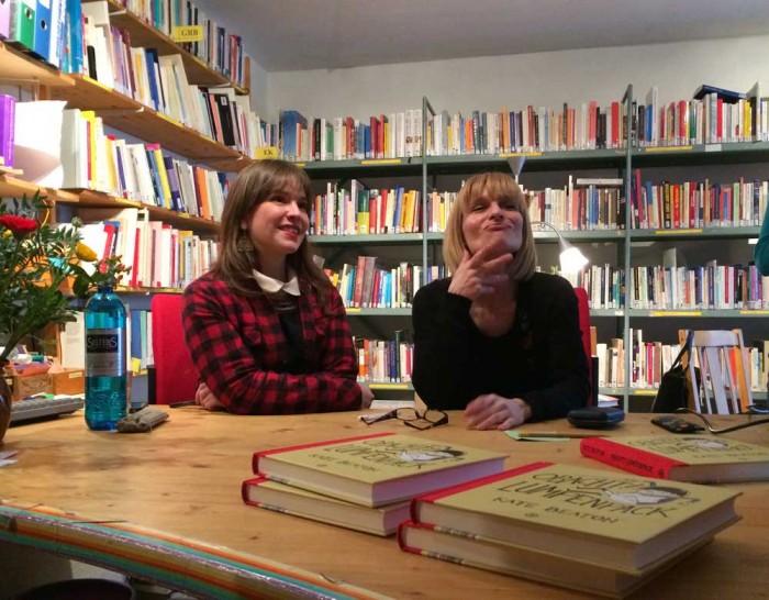 In der feministischen Bibliothek MONAliesA trifft Kate dann auf Kollegin Nina Bunyevac, deren großartiges Werk Vaterland bei den lieben Avants zeitgleich erscheint.