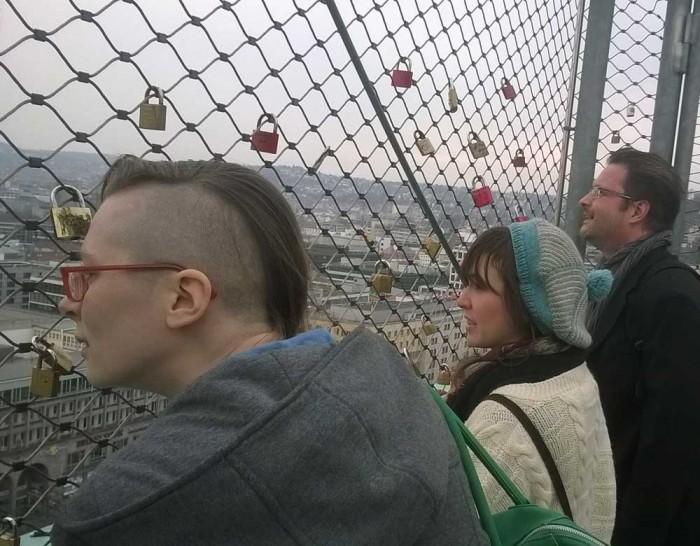 Am nächsten Tag empfängt Stefan die Hessen-Fraktion in Stuttgart und zeigt Kate und Asja erstmal die Kesselstadt von oben.