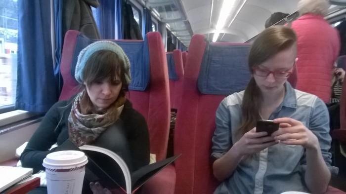Im Zug nach Stuttgart hängt der gestrige Tag auch Asja noch nach. Wie gut, dass der von der Bahn bereitgestellte EuroCity nur über erste Klasse Wagen verfügt.