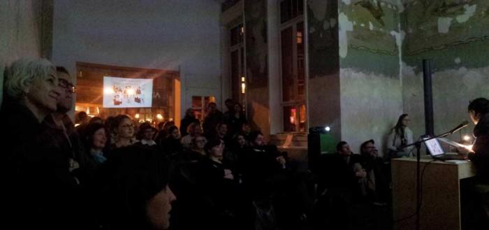 Einen kleinen Äppler zum Verschnaufen später geht es schon direkt weiter mit der Lesung in der Galerie Goldstein, organisiert von Strips & Stories. Es liest die wunderbare Alex Maxeiner und Wolfgang Buechs schmeisst sowohl Projektor als auch Theke. Das Publikum hat eindeutig die dankbarste Aufgabe: Genießen.