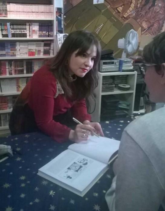 Punktlandung: Kate signiert das letzte Buch. Mehr geht auch nicht mehr: Alles ausverkauft. Wir bedanken uns bei T3-Chef Ekki.